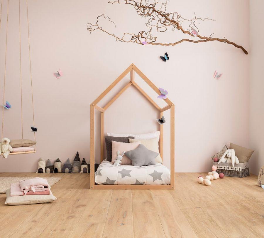 Lettino Montessori a casetta decorato con stelle e farfalle