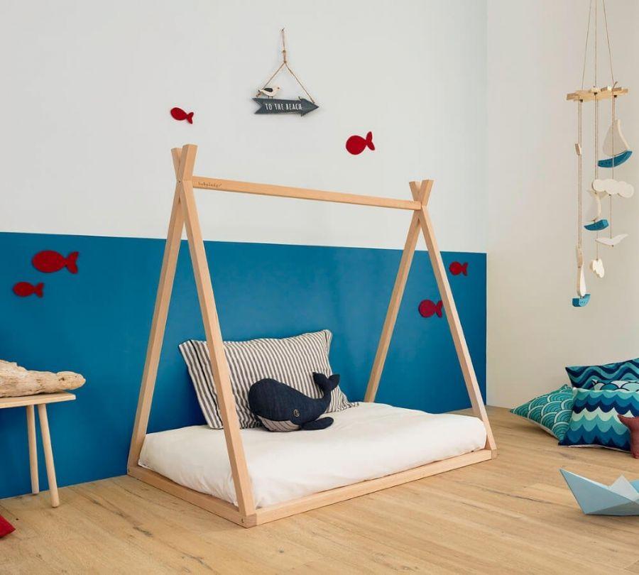 letto Montessori a capanna in cameretta decorata a tema mare