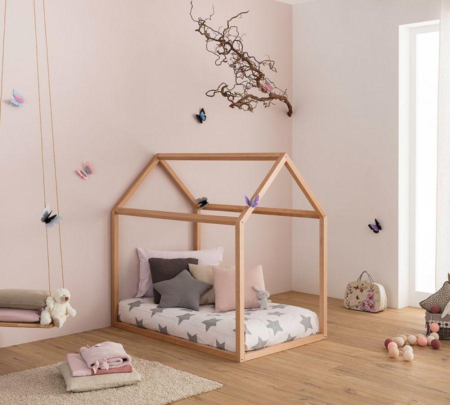 Lettino Montessori a casetta in cameretta rosa
