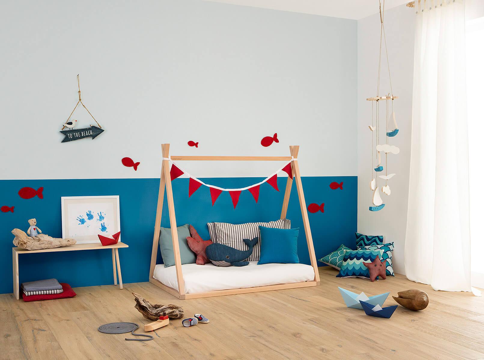 Lettino Montessori a capanna in cameretta allestita a tema mare