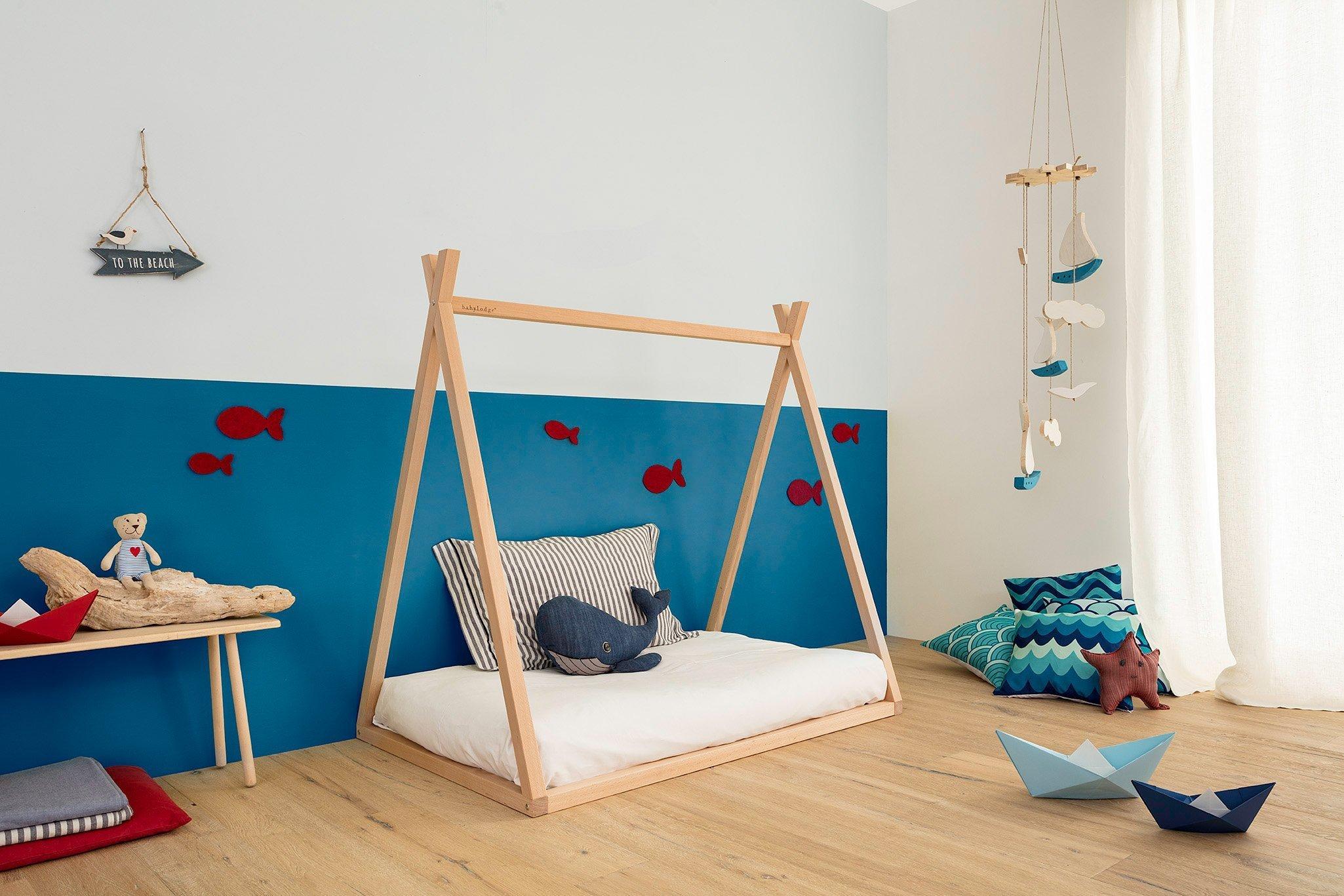 Lettino Montessori a capanna tipi in cameretta allestita a tema mare
