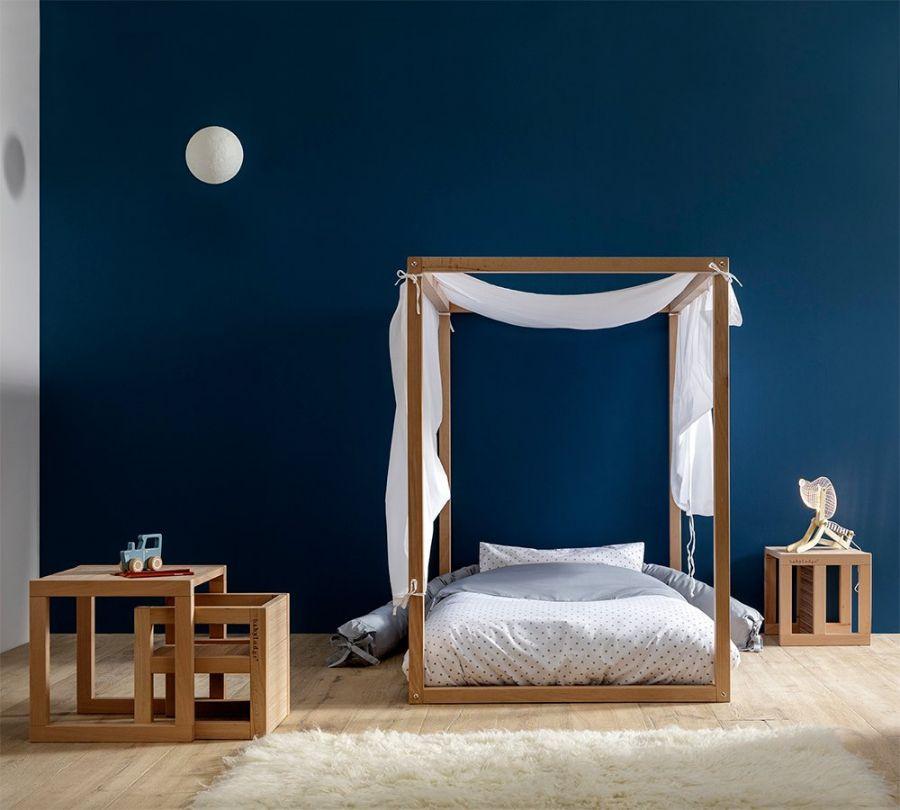 cameretta montessori con set tavolo e sedie in legno per bambini