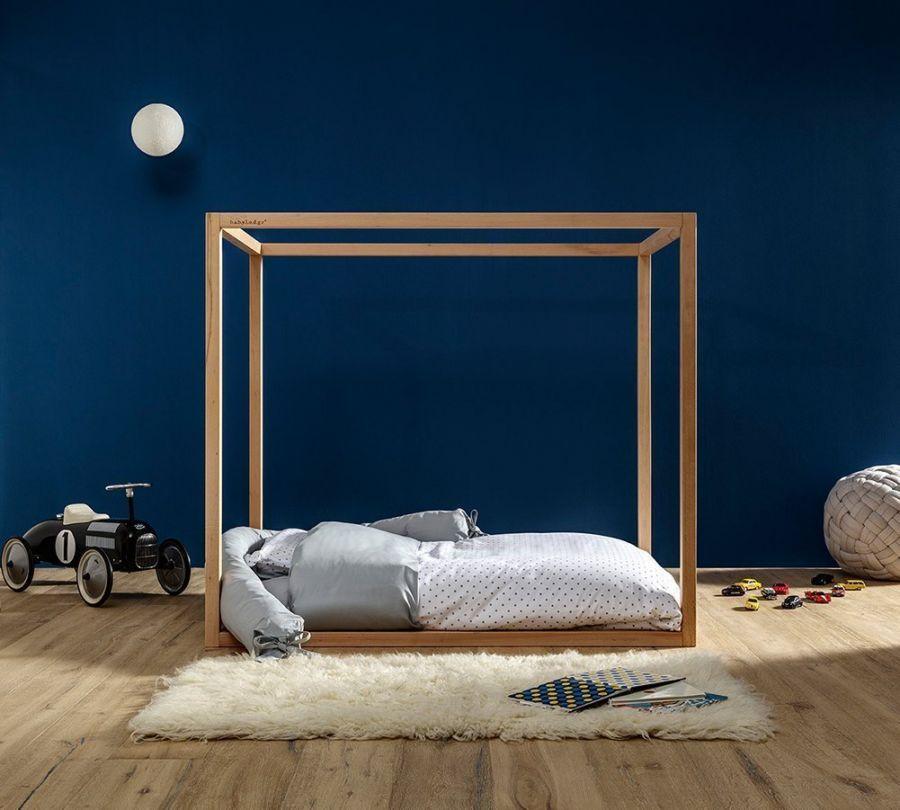 Lettino Montessori a baldacchino in cameretta con parete blu e lampada a forma di luna, Babylodge