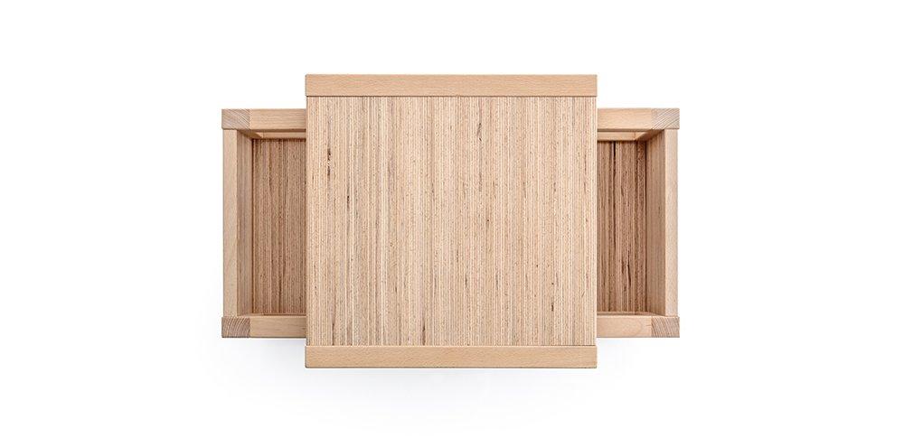 set tavolo e sedie per bambini in legno visto dall'alto